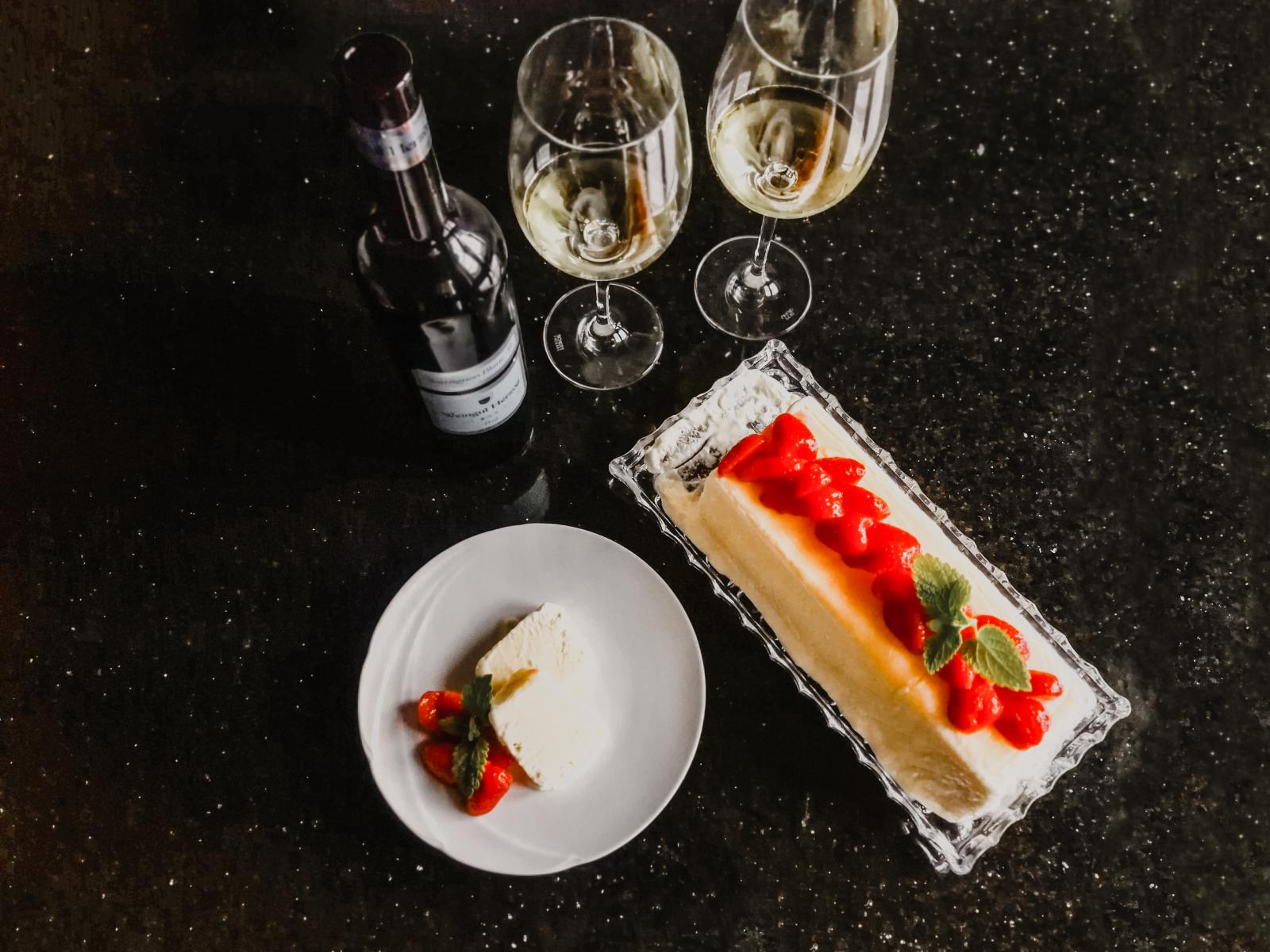 Weissweinparfait mit marinierten Erdbeeren